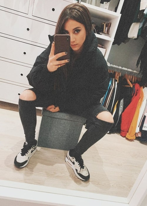 Claudia Salas clicking a mirror selfie in November 2019
