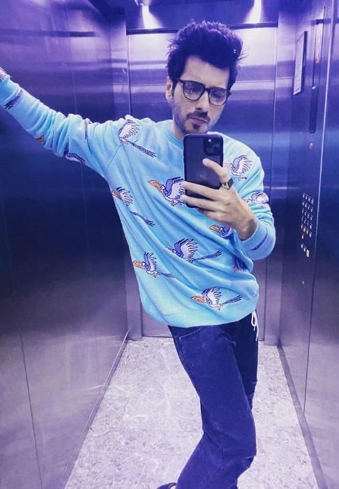 Divyendu Sharma taking a mirror selfie in an elevator in February 2020