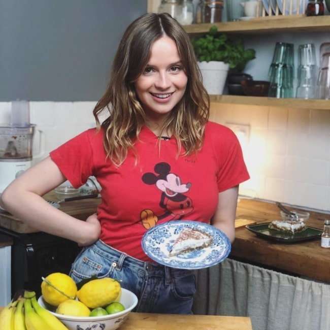 Gabrielle Aplin in October 2019 making a delicious and easy-to-make raw vegan banoffee pie