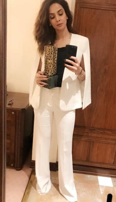Saba Qamar as seen while taking a mirror selfie with her National Icon Award 2018 trophy in Islamabad, Pakistan in May 2018