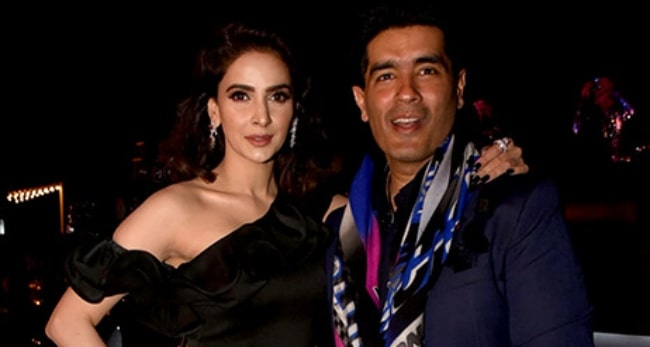 Saba Qamar posing for the camera alongside Manish Malhotra as they grace the Masala Awards 2017
