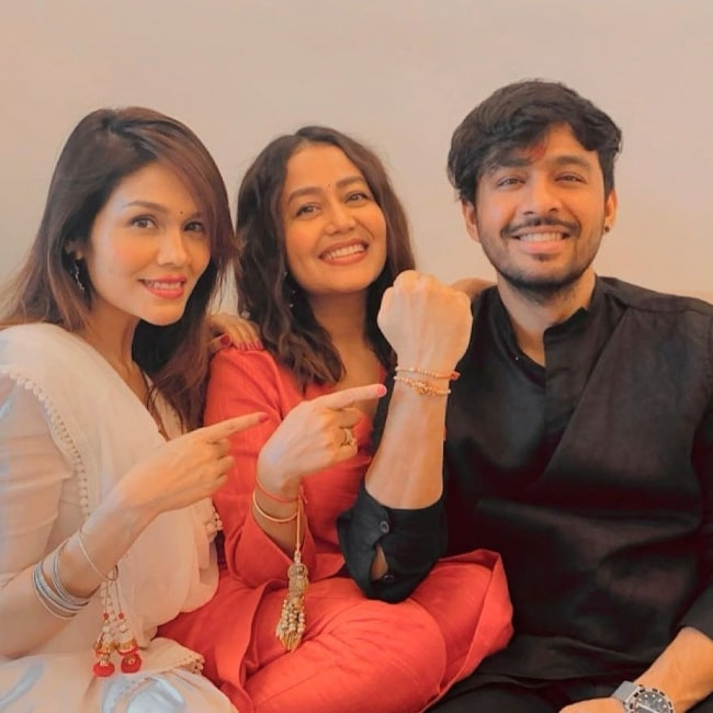 Tony Kakkar smiling for a Rakshabandhan picture alongside his sisters in August 2020