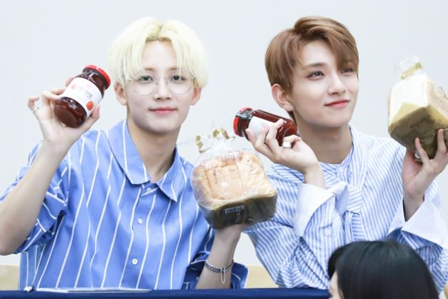 Yoon Jeonghan seen with Joshua during a fan signing event in 2017