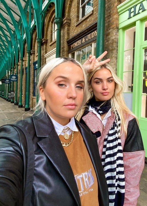 Adelén (Right) in a selfie alongside Fanny Andersen at Covent Garden in London, England in October 2020