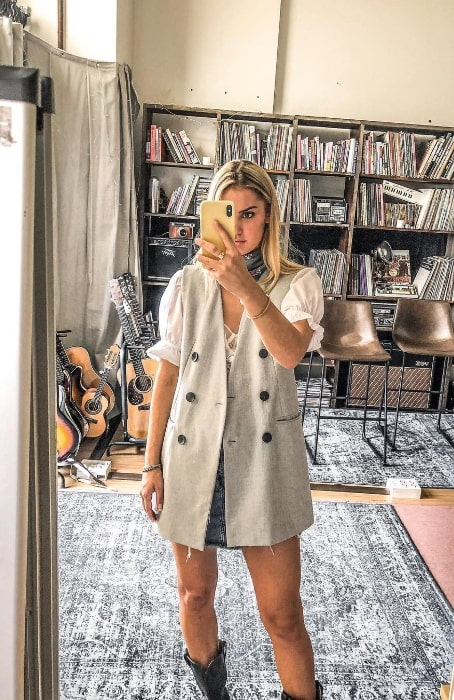 Adelén as seen while clicking a mirror selfie in March 2020