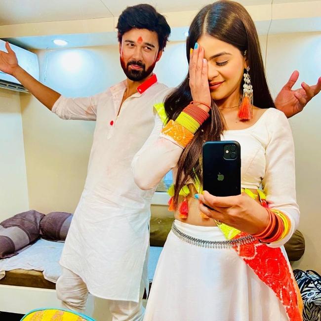 Avinash Mukherjee posing for a selfie alongside Jigyasa Singh in March 2020
