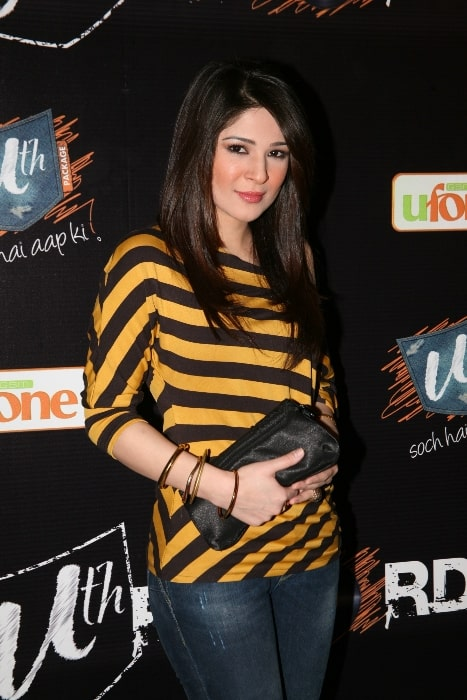 Ayesha Omer as seen while smiling for the camera at Ufone Uth Records Press Conference in 2011