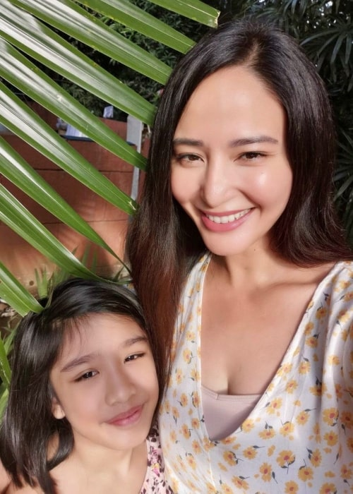 Katrina Halili as seen in a selfie that was taken with her daughter Katrence Lawrence Halili Cadevida in October 2020