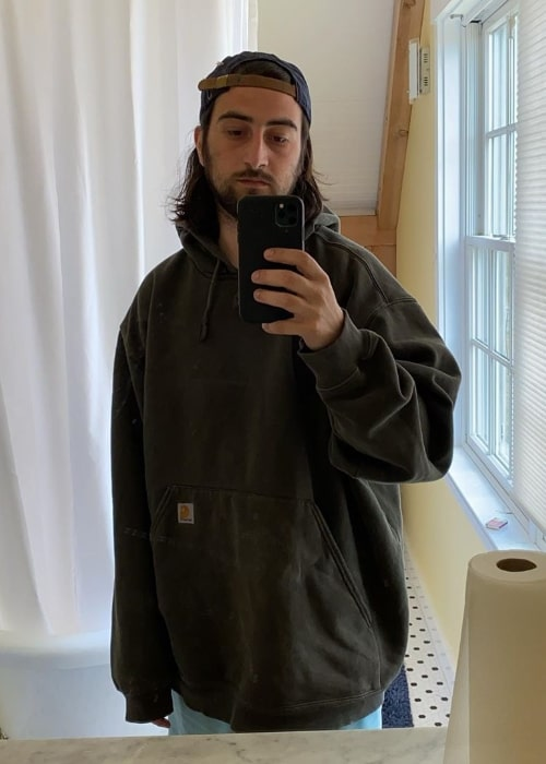 Noah Kahan as seen while taking a mirror selfie in May 2020
