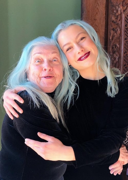 Phoebe Bridgers (Right) smiling for a picture alongside Lili Hayes in January 2019