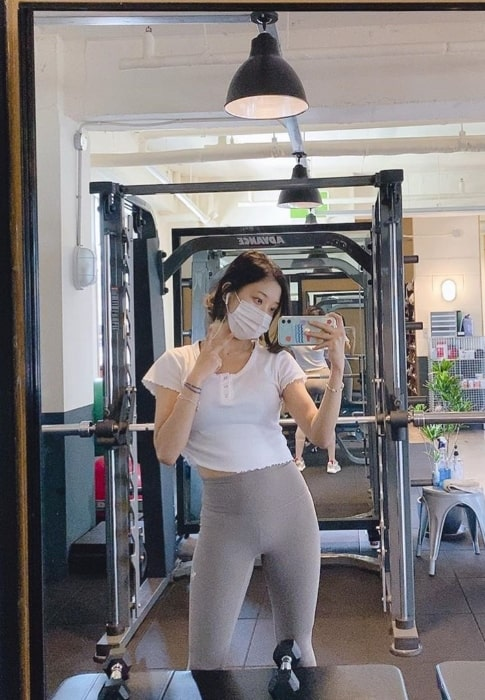 Seungyeon as seen while clicking a gym mirror selfie in October 2020