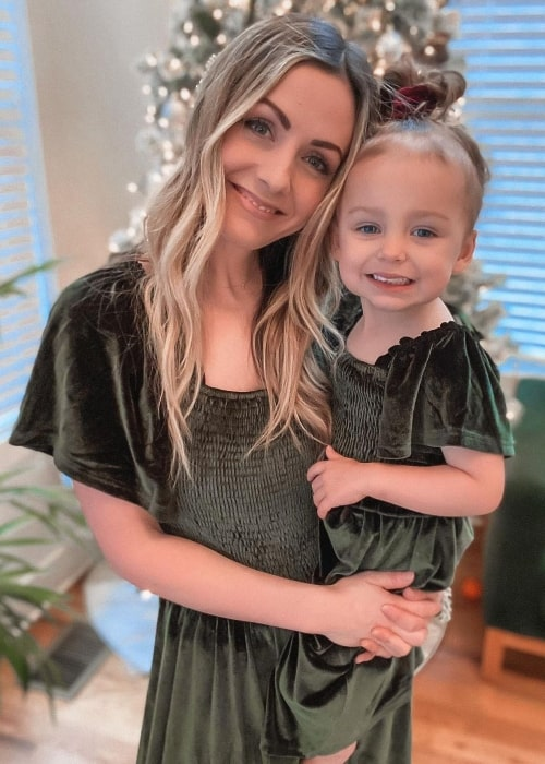 Carly Waddell as seen while posing for a picture with her daughter in December 2020