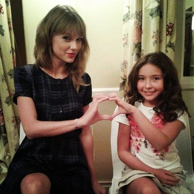 Emma Tremblay (Right) as seen while posing for a picture with Taylor Swift