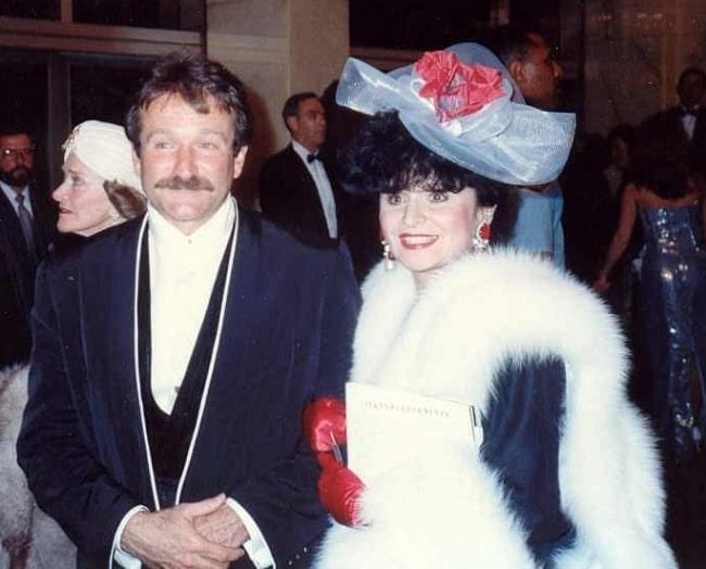 Robin Williams pictured with Polish journalist Yola Czaderska-Hayek at 62nd Academy Awards in 1990