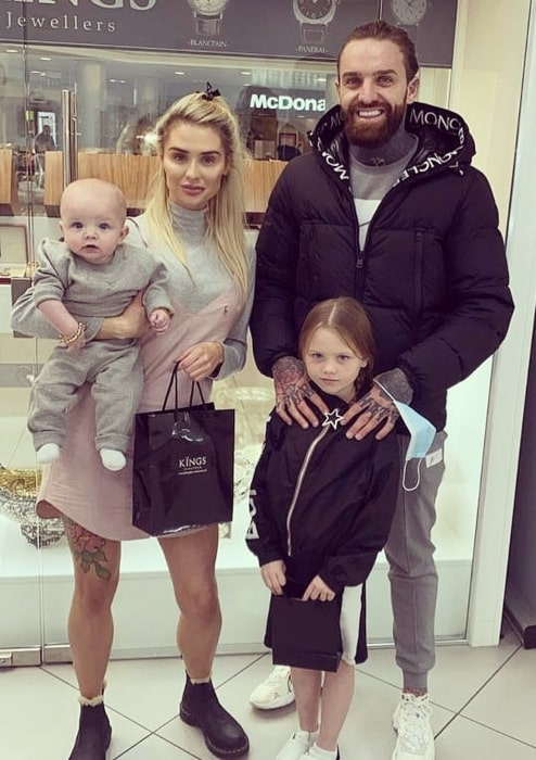 Aaron Chalmers posing with his lovely family in October 2020