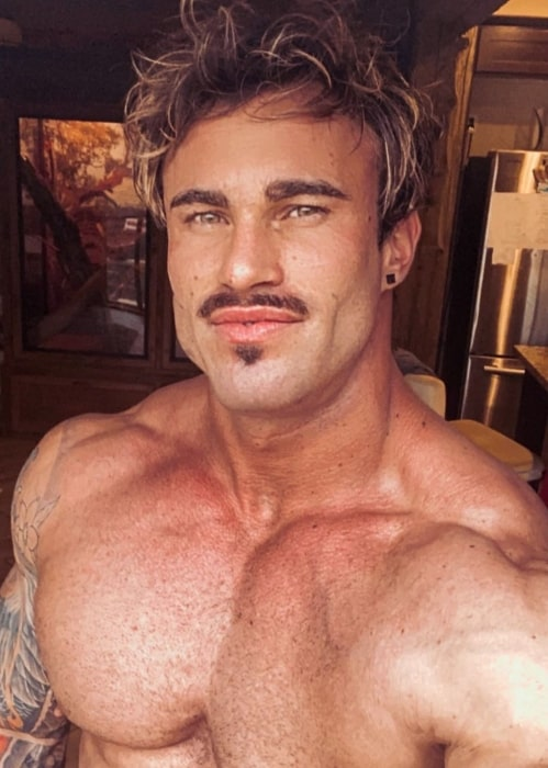 Calum Von Moger showing his jawlines in November 2020