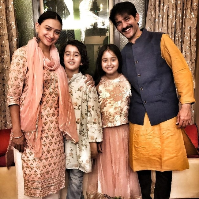 Hiten Tejwani smiling for a Diwali picture with his family in Mumbai, Maharashtra in November 2020