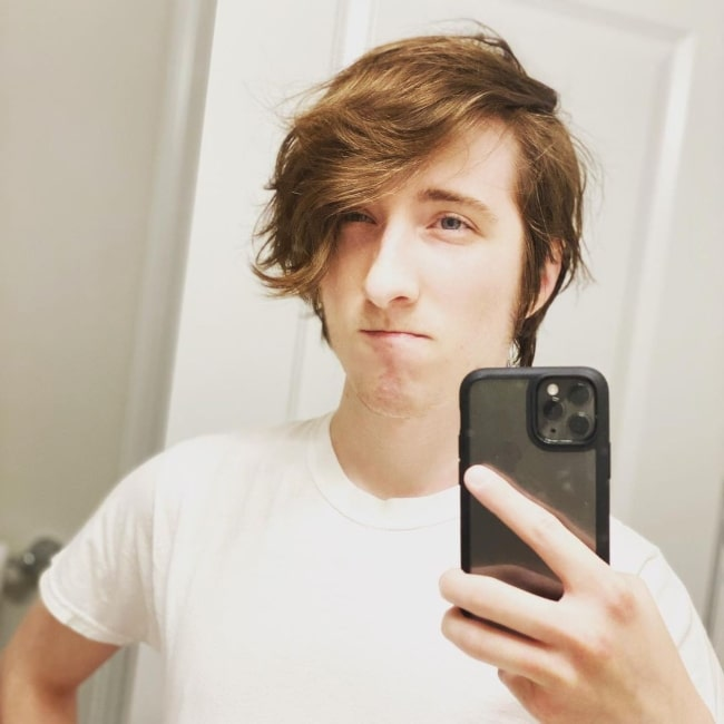 KreekCraft in October 2019 pointing out that he has reached peak KreekCraft hair again