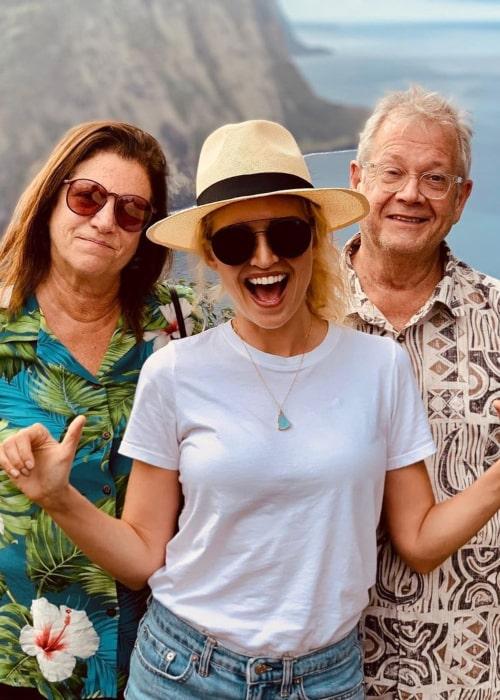 Lauren Storm with her parents, as seen in December 2019