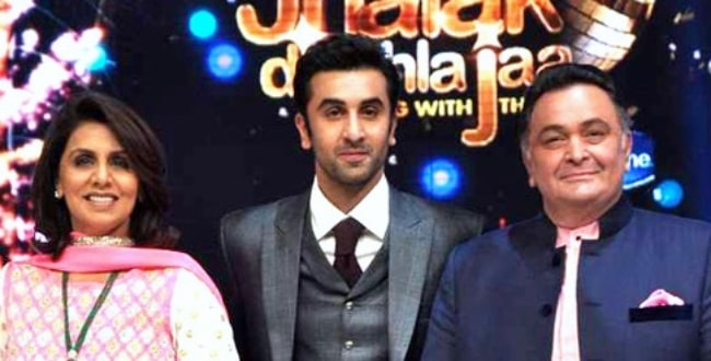 Neetu Singh with late husband Rishi Kapoor and their son Ranbir Kapoor (Center) at a promotional event of 'Besharam' on Jhalak Dikhhla Jaa in 2013