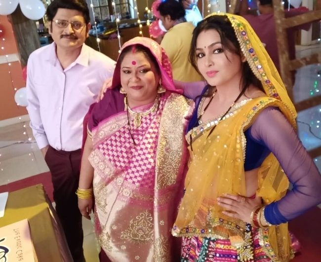 Soma Rathod (Center) smiling for a picture alongside her 'Bhabiji Ghar Par Hain!' castmates Rohitash Gaud and Shubhangi Atre in an Instagram post in December 2020