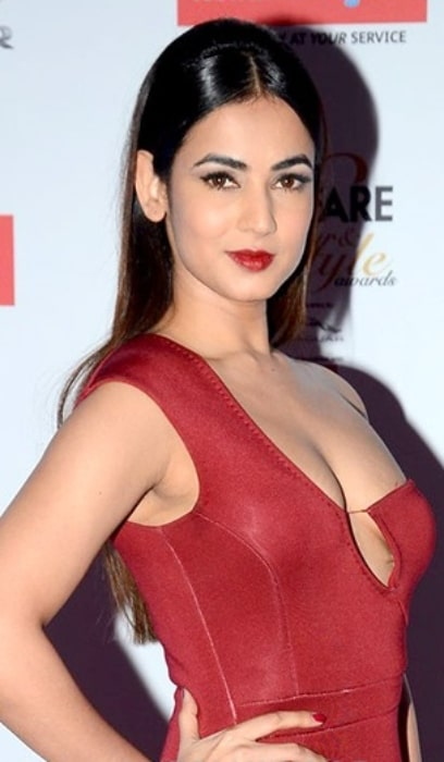 Sonal Chauhan as seen while posing for the camera at 'Filmfare Glamour & Style Awards 2016' on October 15, 2016