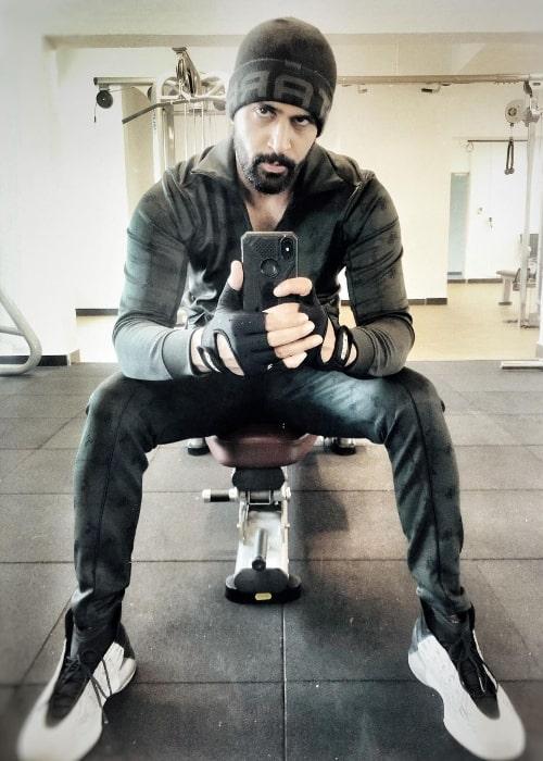 Tanuj Virwani clicking a workout selfie in November 2020