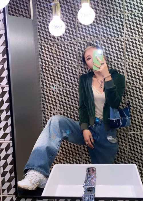 Jeon Ji-woo taking a mirror selfie in May 2020