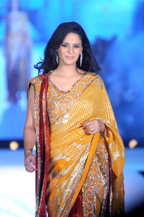 Mona Singh walking for Manish Malhotra & Shaina NC's show for CPAA in July 2012