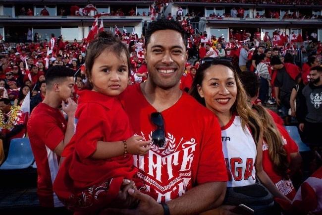 Uli Latukefu smiling for a picture alongside his family in November 2019