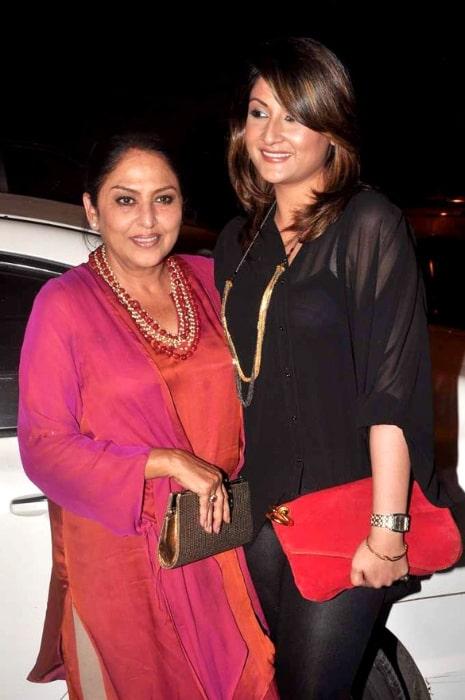 Urvashi Dholakia (Right) and Anju Mahendroo at Mushtaq Sheikh's birthday bash in May 2012