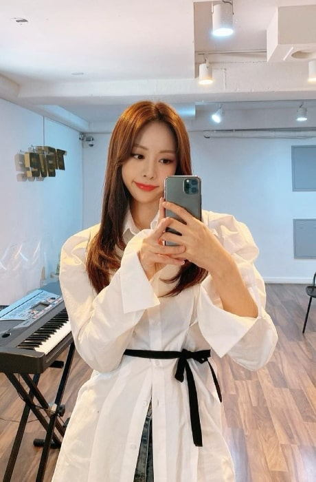 Eunji as seen while taking a mirror selfie in March 2021