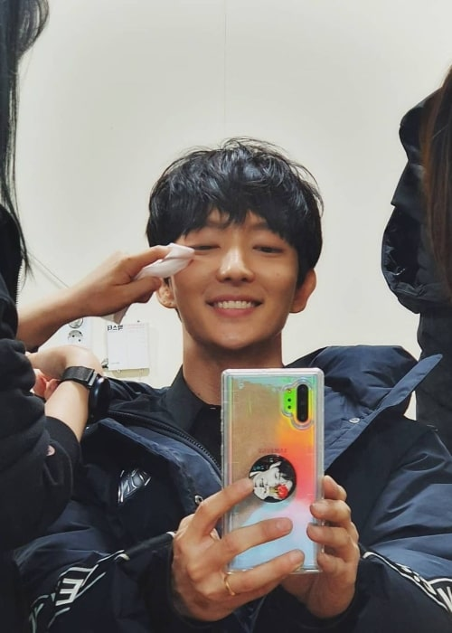 Lee Joon-gi clicking a mirror selfie in April 2020