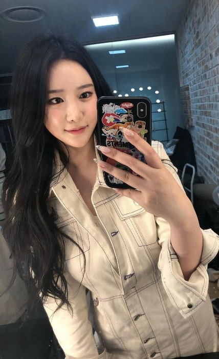 Minyoung clicking a mirror selfie in March 2021