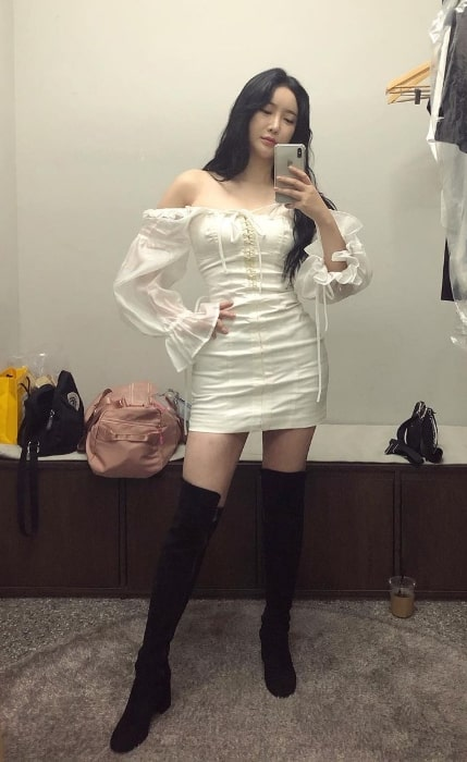 Minyoung taking a mirror selfie in November 2020