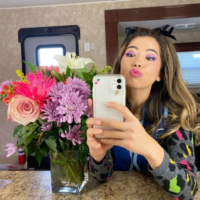 Nichole Sakura taking a mirror selfie in December 2020