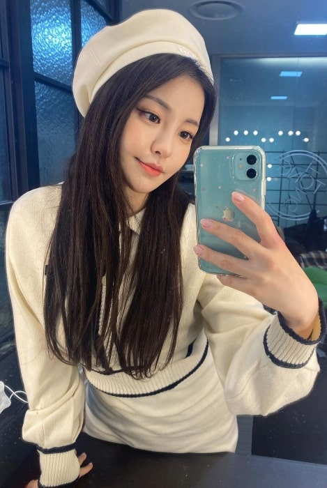 Yujeong taking a mirror selfie in March 2021