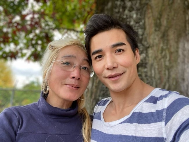 Ludi Lin clicking a selfie with his mother in October 2020