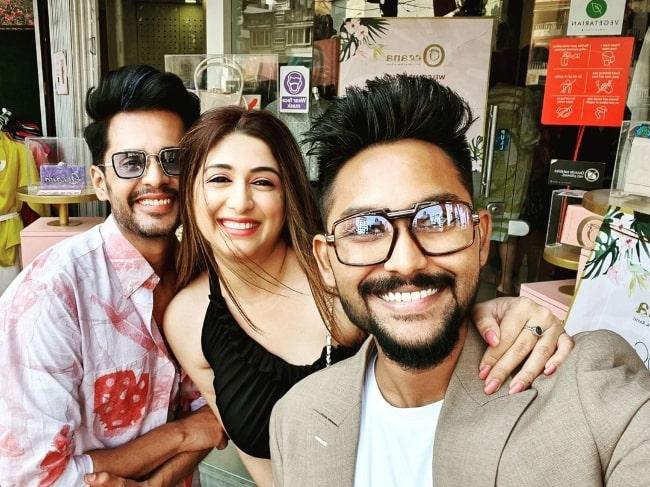 Jaan Kumar Sanu (Right) clicking a selfie with Shardul Pandit and Vahbiz Dorabjee