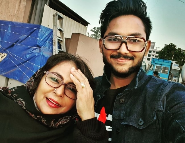 Jaan Kumar Sanu as seen while taking a selfie with his mother