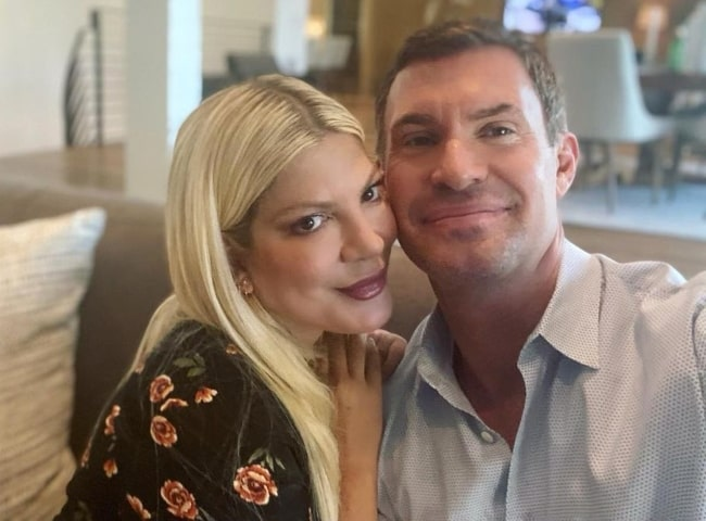 Jeff Lewis taking a selfie with Tori Spelling
