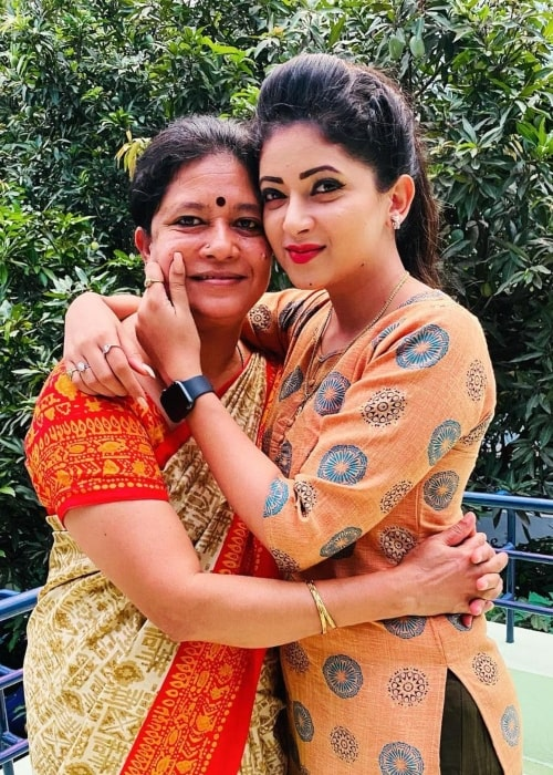 Pallavi Gowda as seen in a picture that was taken with her mother Lakshmi on the day of mother's day in May 2021