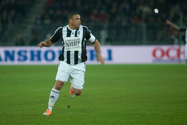 Ronaldo plays in the Match Against Poverty in 2014