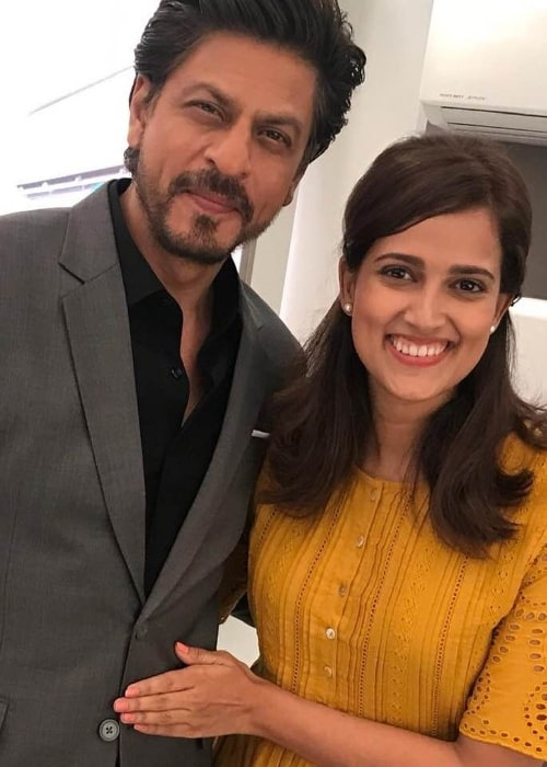 Rucha Inamdar smiling for a picture alongside Shahrukh Khan