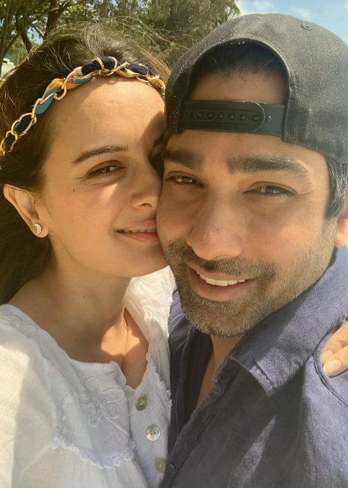 Evelyn Sharma smiling in a selfie with Tushaan Bhindi in April 2021