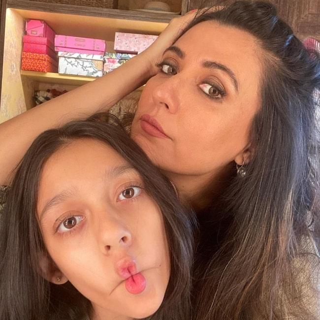 Mini Mathur posing for a picture with her daughter in March 2021