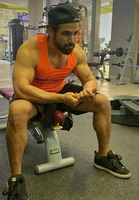 Rithvik Dhanjani showing his gym mirror face in February 2021