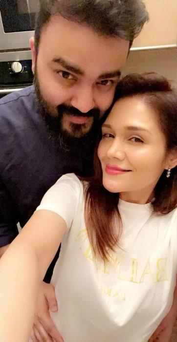 Sonu Kakkar as seen while taking a selfie with husband Neeraj Sharma