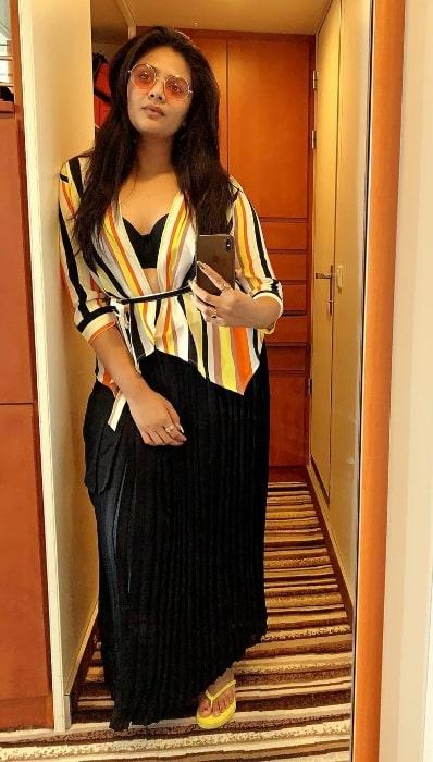 Sreemukhi taking a mirror selfie in Mumbai, Maharashtra in 2020