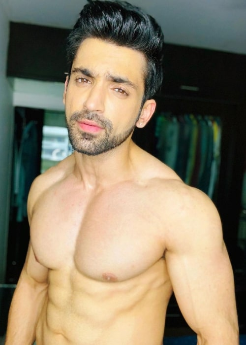 Arjit Taneja posing shirtless for the camera in July 2021
